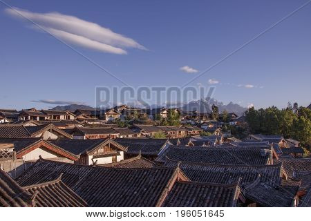 Blue Sky Traditional Retro Old Naxi House Yulong Snow Mountain In Lijiang Old Town, Yunnan Province,