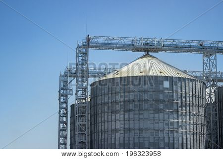 Complex silos for storage of grain standing in the open air.