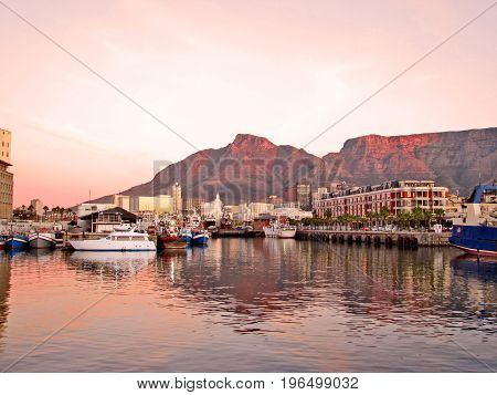 FROM CAPE TOWN, SOUTH AFRICA, THE EVENING SUN SETTING OVER THE VICTORIA AND ALFRED WATERFRONT 22zj