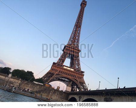 Tour Eiffel Paris monument tourisme métal France