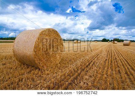 Ein Heuballen steht nach der Ernte auf einem landwirtschaftlichen Feld in einer ländlichen Gegend