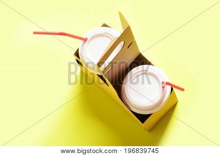 Takeaway Composition With Paper Cups For Hot Beverages With Lids