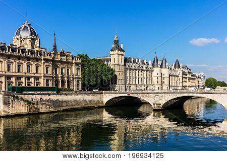 Conciergerie Castle and Bridge of Change (Pont au Change) over river Seine. Castle Conciergerie is a former prison located on west of the Cite Island and today it is a part of Palais de Justice. Paris, France