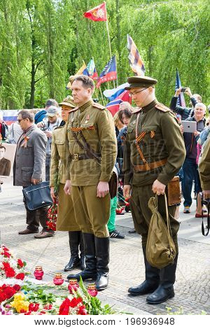 BERLIN - MAY 09, 2015: Soldiers in uniform during the war pay homage at the monument Motherland.