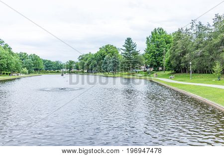 Harrisburg, Usa - May 24, 2017: Italian Lake Park In Pennsylvania Capital City With Fountain And Pat