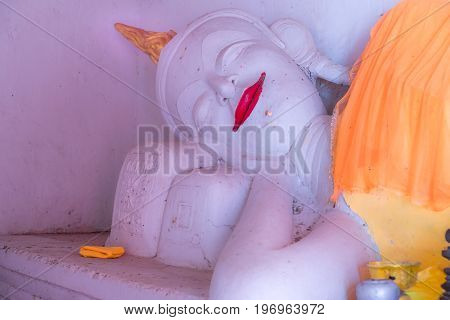 The white buddha lying in the ole temple.