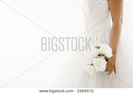 Braut hält blumenstrauss.