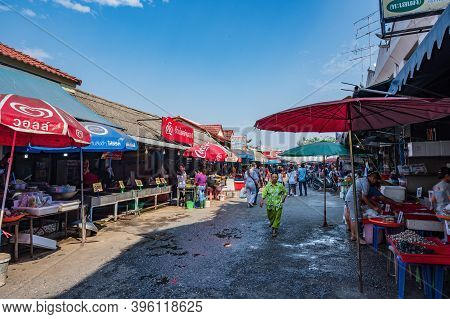 Ayutthaya/thailand-28 Dec 2019:unacquainted People Walking In  Central Market For Agriculture Ayutth