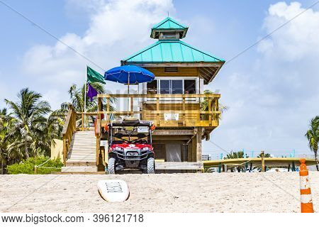 Sunny Isles Beach, Usa - August 17, 2014:  Lifeguard Tower At Jade Beach In Sunny Isles Beach With A