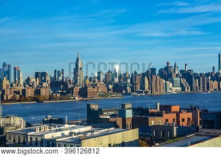 New York, Usa - November 4, 2018: Scenic View From Brooklyn To Skyline Of New York With River Hudson