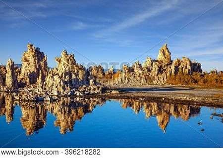 Magic sunrise on the lake. Lime-tuff towers of bizarre shapes rise from the bottom of the lake. The natural wonder of the world is Lake Mono. Mono Lake in California.