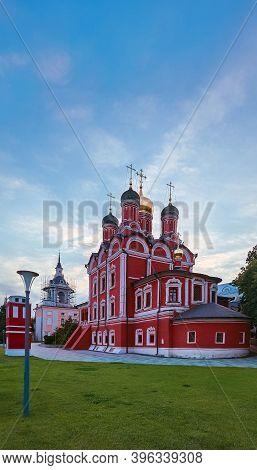 Moscow, Russia - 07 28 2020: The Patriarsheye Podvor'ye Khramov V Or Znamensky Monastery In Zaryadye