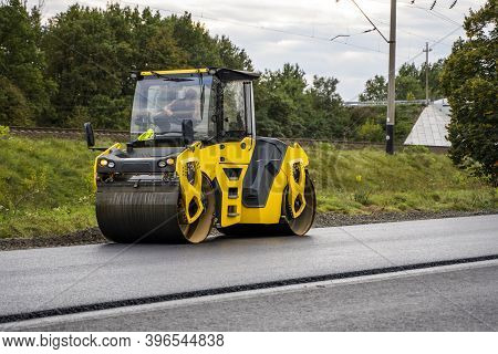Asphalt Road Roller With Heavy Vibration Roller Compactor Press New Hot Asphalt On The Roadway On A