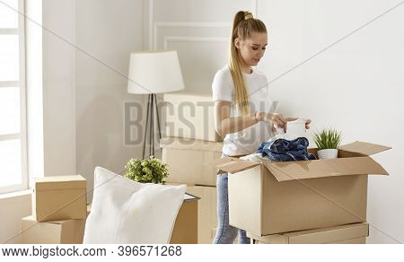 Girl Parses Things When Moving To A New House