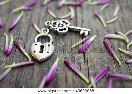 Chave com coração em forma de fechadura
