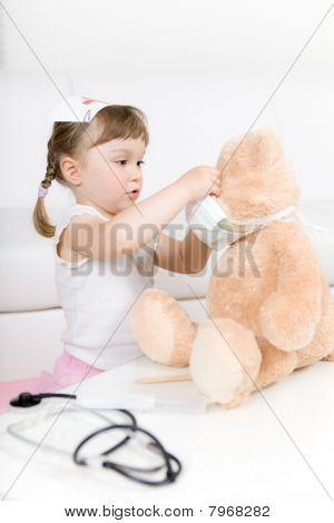 Pequeño Doctor niña con osito
