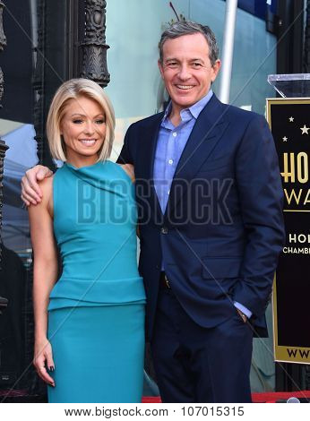 LOS ANGELES - OCT 12:  Kelly Ripa & Bob Iger arrives to the Walk of Fame honors Kelly Ripa on October 12, 2015 in Hollywood, CA.