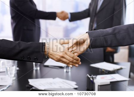 Empresarios estrechándole la mano