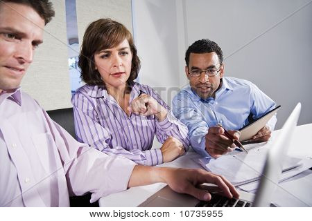 Office Multi-ethnic operai lavorando sul progetto