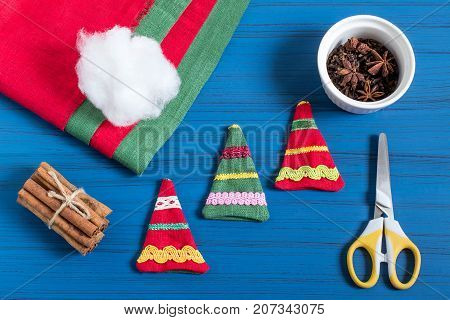 Making Christmas tree sachet with aromatic spices your own hands. Christmas present. Original art project. DIY concept. Step by step photo instructions. Step 5. Preparing sachet for filling