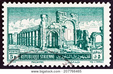 SYRIA - CIRCA 1952: A stamp printed in Syria shows the Monumental Arch, Palmyra, circa 1952.