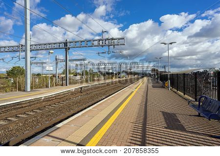 Didcot, UK. 8th October 2017. Newly installed overhead live wires are now in place on the great western mainline at Didcot Parkway. Soon, new class 800 Intercity express electric trains will operate.