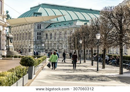 Viena, Austria - March 18, 2019: The Central Street In Vienna With Many Tourists And Locals