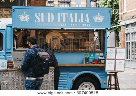 London, Uk - June 15, 2019: People Buying Food From A Sud Italia Pizza Stall Inside Spitalfields Mar