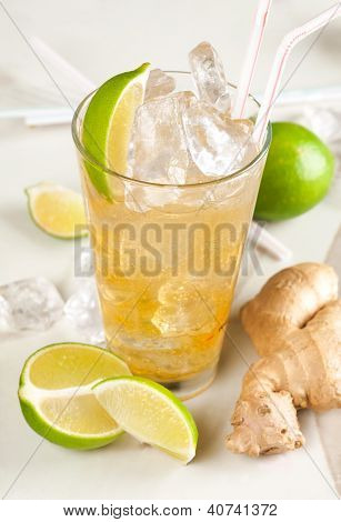 Yellow drink with lime, ginger and ice
