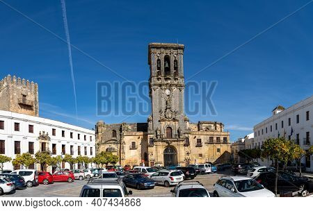 Arcos De La Frontera, Spain - 28 January, 2021: View Of The Plaza Del Cabildo And Basilica De Santa