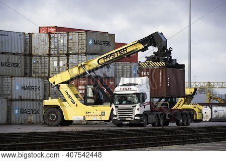 Doncaster Railport, Doncaster, Uk - January 29, 2021.  A Heavy Lifting Machine Loading A Shipping Co