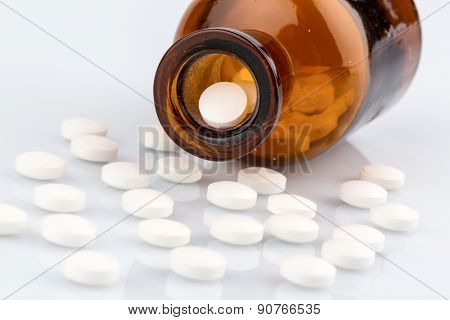 many tablets.. photo icon for addiction and costs in medicine and medicines.