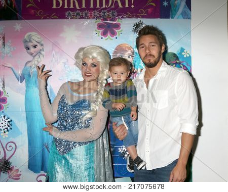 LOS ANGELES - NOV 26:  Elsa Impersonator, Ford Robert Clifton, Scott Clifton at the Amelie Bailey 2nd Birthday Party at Private Residence on November 26, 2017 in Studio City, CA