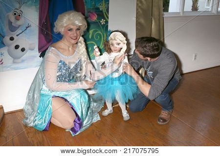 LOS ANGELES - NOV 26:  Elsa Impersonator, Amelie Bailey, Scott Bailey at the Amelie Bailey 2nd Birthday Party at Private Residence on November 26, 2017 in Studio City, CA