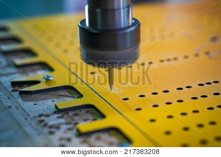 The machine automatically moves the table. It is convenient for large and monotonous volumes of work. Close-up.