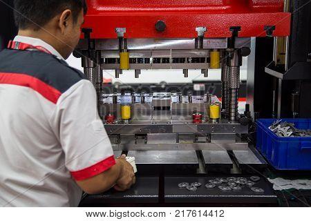 Mechanic operating hydraulic press machine and fixture making rings