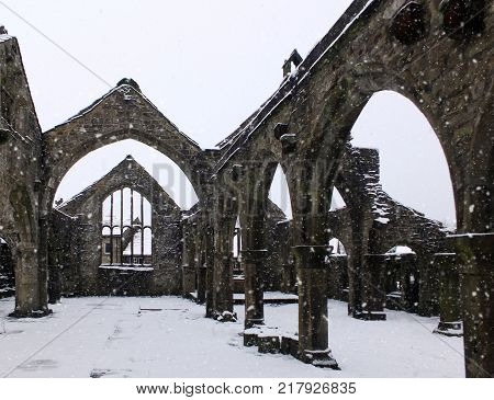 chruch of st thomas a becket in heptonstall in falling snow