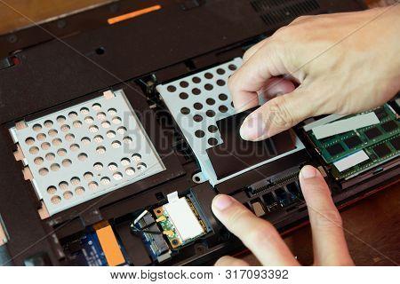 dismantle harddisk from notebook / remove the harddrive for manternance poster