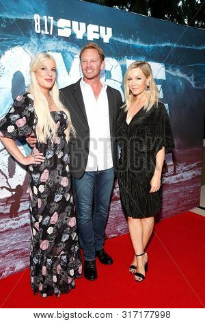 LOS ANGELES - AUG 12: Tori Spelling, Ian Ziering, Jennie Garth at the Premiere Of SyFy's