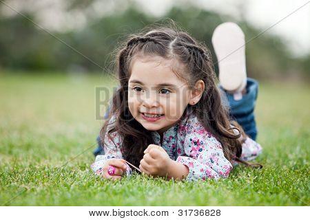 Schattig klein meisje met grote bruine ogen