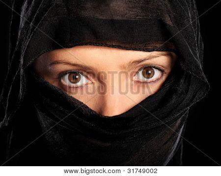 Фотография молодой мусульманской женщины на черном фоне