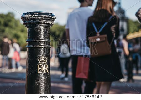 London, Uk - July 15, 2019: Royal Cypher Of Hm The Queen Elizabeth Ii (eiir) On A Post Outside Bucki