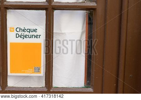 Bordeaux , Aquitaine France - 04 12 2021 : Cheque Dejeuner Logo Brand Yellow And Text Sign On Window