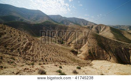 Tal zwischen Hügeln in Wüste im Frühling