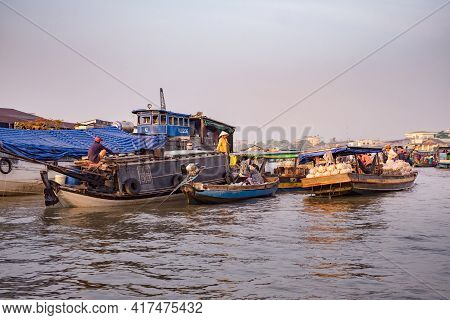 Can Tho, Vietnam - April 2, 2016: Cai Rang Floating Market In The Mekong Delta River. Life Of Asian