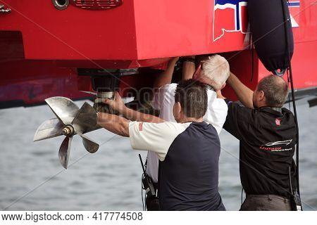 Stresa (vco), Italy - October 04, 2009: Mechanics At Racing Boat At World Offshore Powerboat Champio