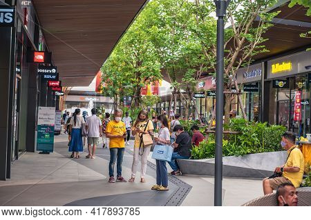 Bangkok/thailand-28/07/2020-unacquainted People Shopping In Siam Premium Outlets.the New Shopping Ce
