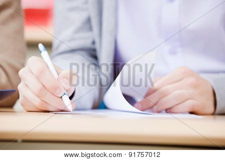 Student write on lecture bt the pen