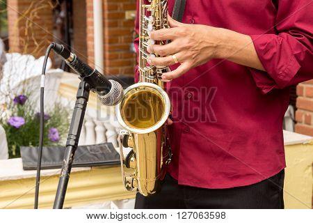 Saxofonista tocando em um evento de casamento