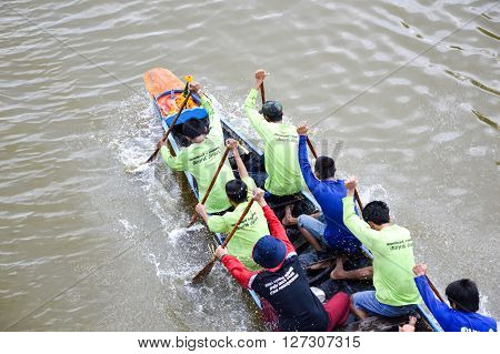 CHACHOENGSAO,THAILAND - November 8 : Unidentified crew in traditional Thai long boats compete during Country cup. Traditional Long Boat Race Championship on November 8, 2015 in Chachoengsao, Thailand